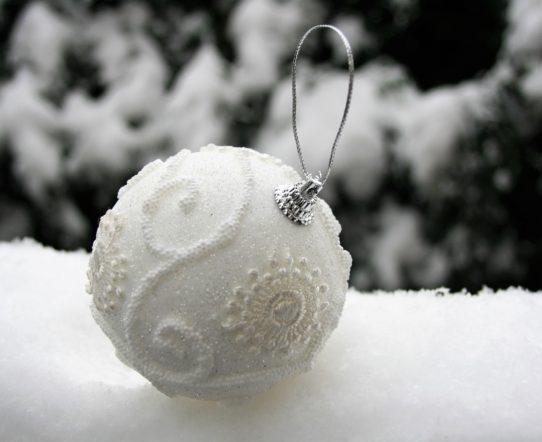 Białe bombki jako urozmaicenie dekoracji choinki